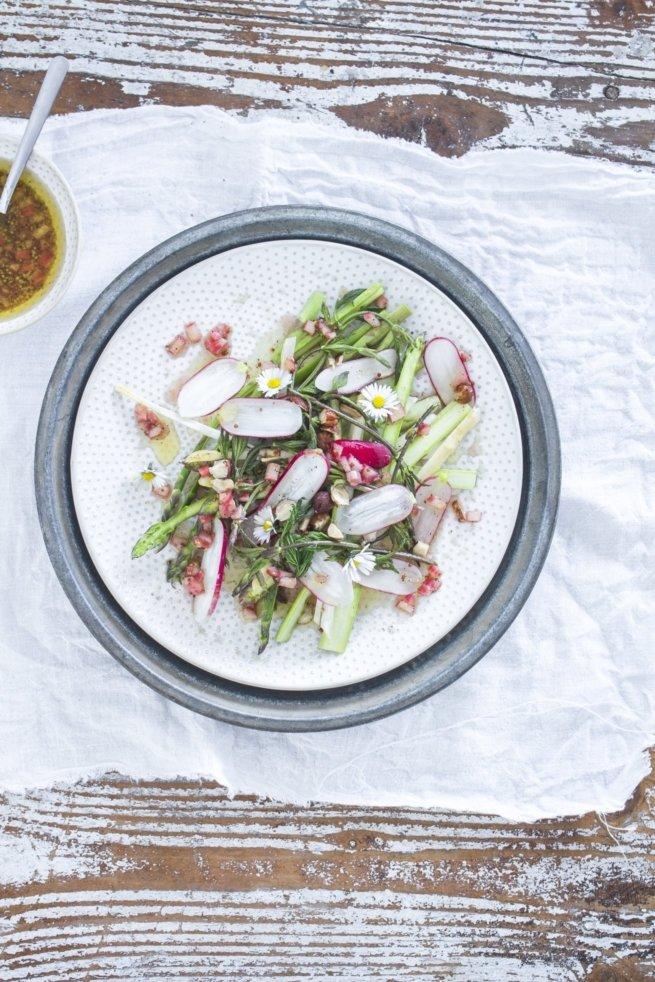 Salat von dreierlei Spargel mit Rhabarber Vinaigrette