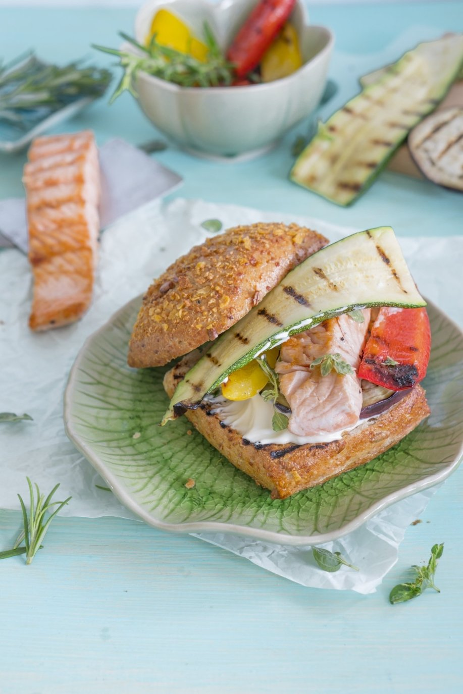 Mediterraner Lachs Burger mit Grillgemüse und Knoblauchmayonnaise