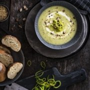 Senf Lauch Suppe mit Haselnuss Crunch
