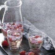 Erdbeer Bowle mit Hibiskusblüten Eiswürfeln