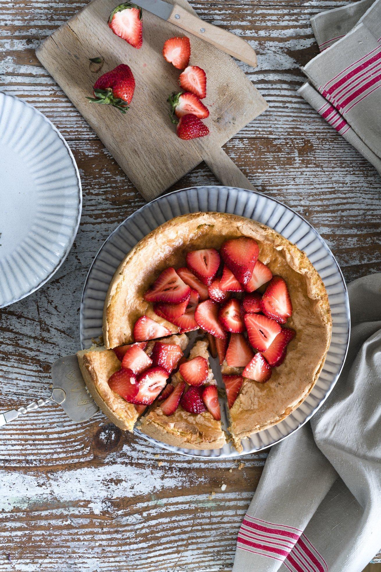Milchreiskuchen mit marinierten Erdbeeren