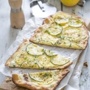 Zucchini Flatbread mit Zitronen Ricotta