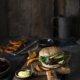 Veggie Burger mit Rote Beete Patty, Rotkohl Ingwer Slaw und Chili Sesam Kürbis Fries