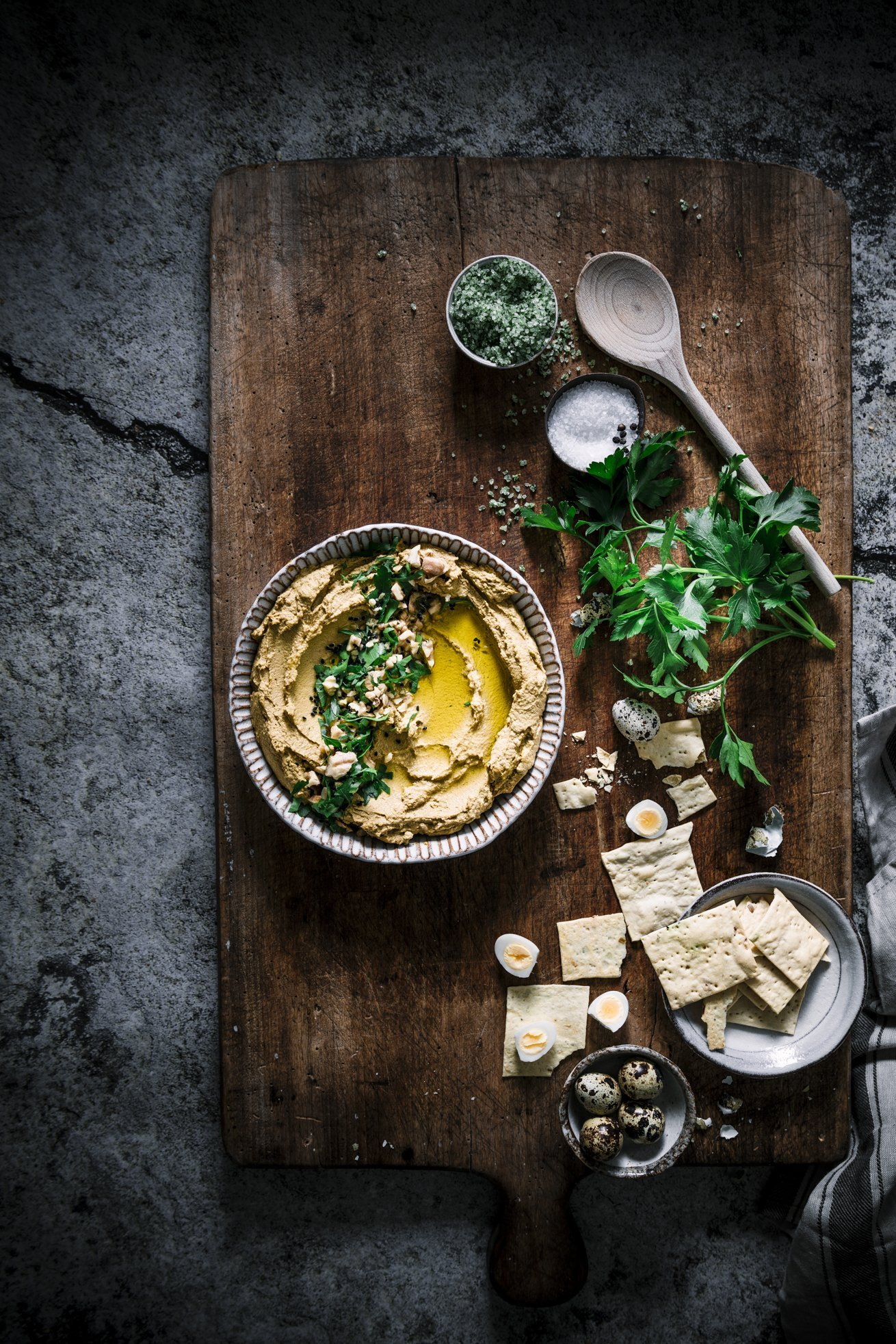 Hummus aus roten Linsen, gerösteten Möhren und Walnüssen