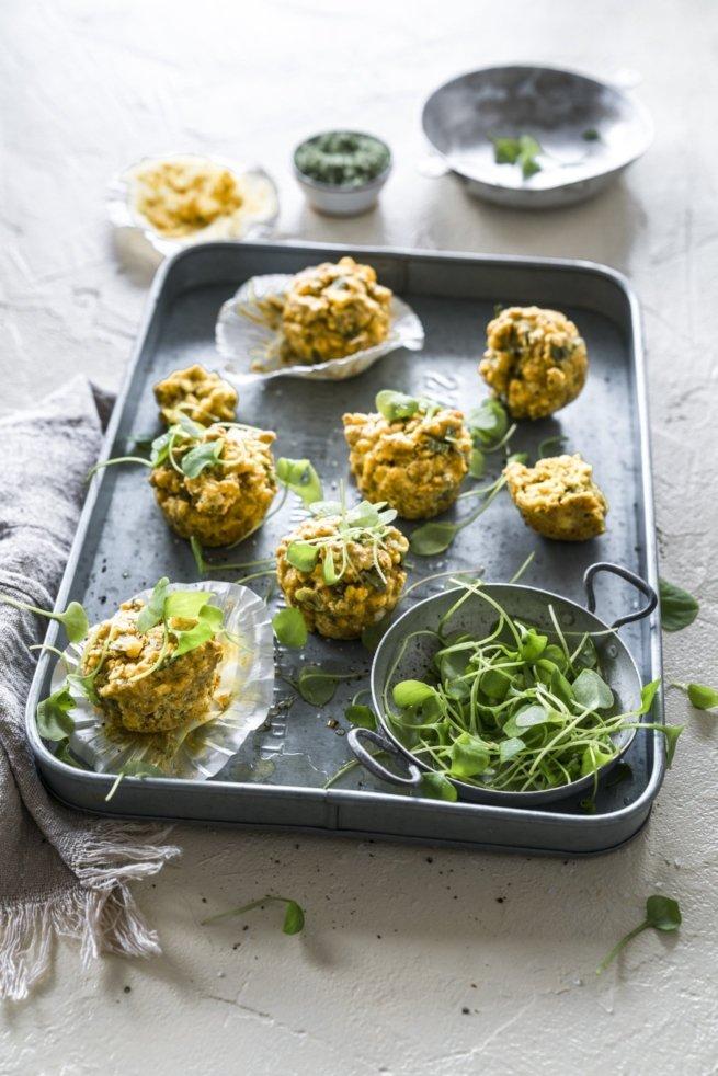 Herzhafte Schälerbsen Muffins mit Mais und Postelein