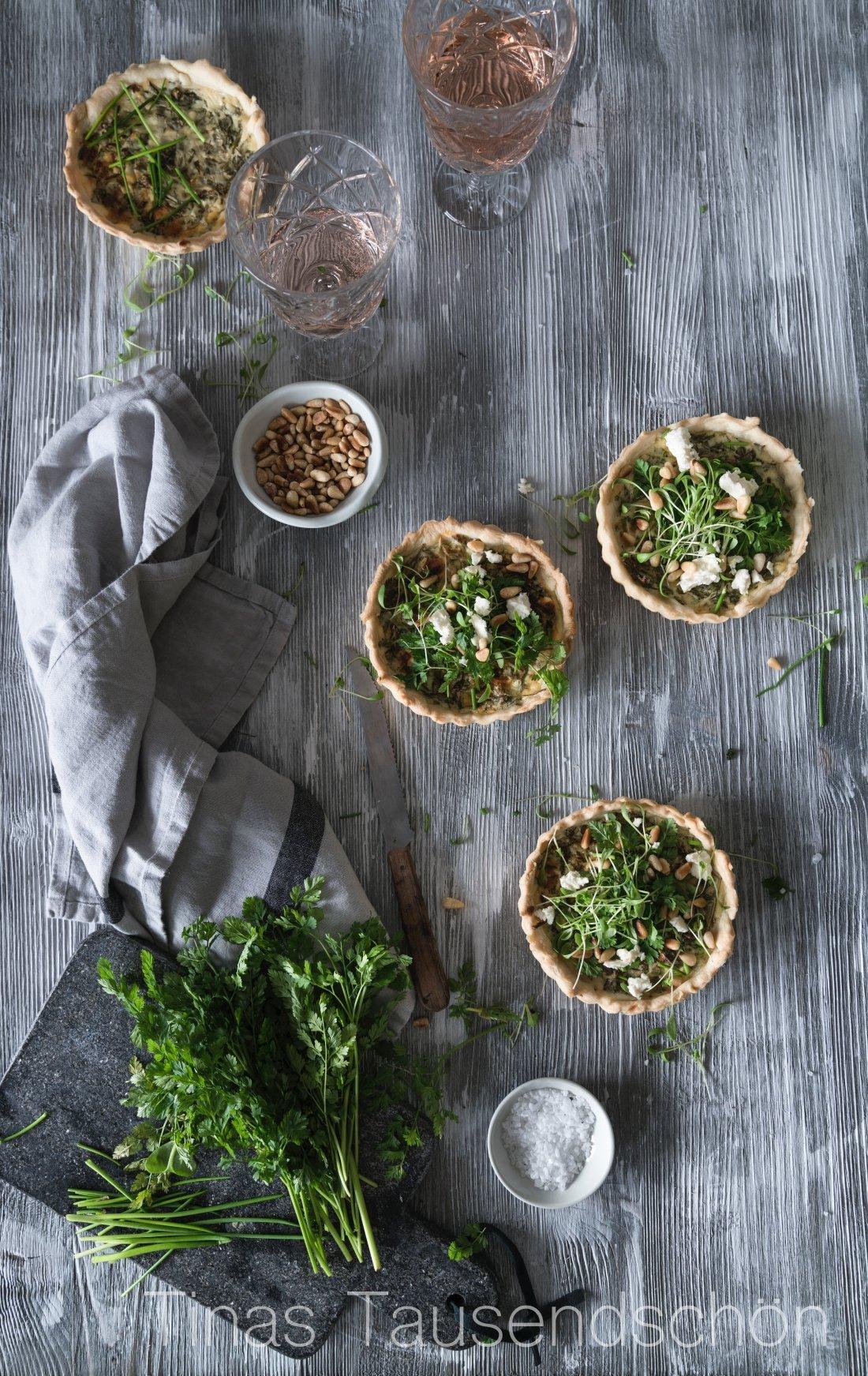 Frühlingskräuter Tartelettes mit Feta und Pinienkernen