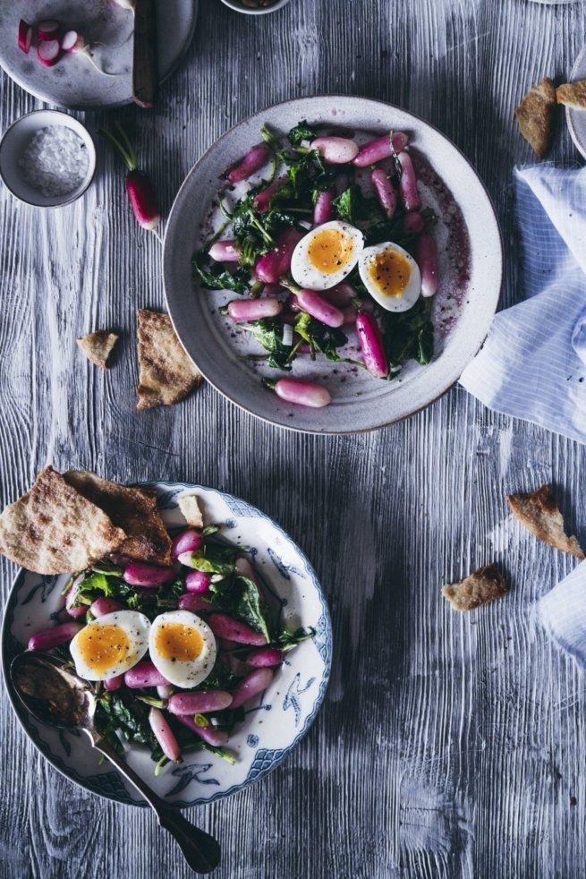 Lauwarmer Radieschen Salat mit wachsweichem Ei