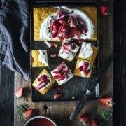 Saftiger Polentakuchen mit Orangenblütenwasser und gerösteten Erdbeeren