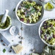 Rigatoni mit Petersilien Pistazien Pesto und scharfer Salami