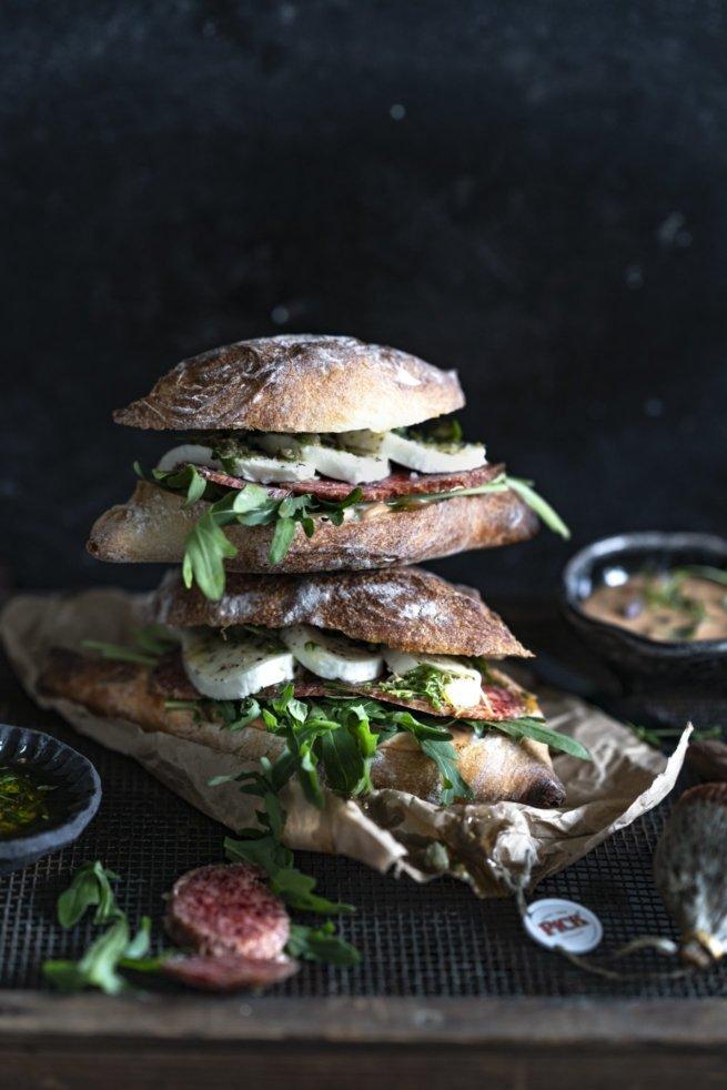 Rustikales Sandwich mit ungarischer Salami, Sauce à la Piri-Piri und Orangen-Paprika Mayonnaise