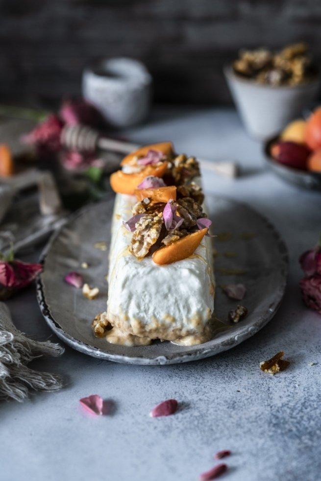 Soja Joghurt Eis mit Aprikosen, Walnusskaramell und Honig