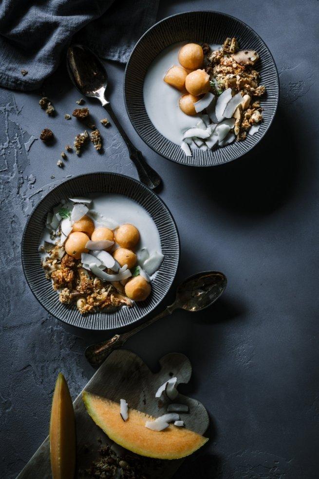 Tropical Granola mit Kokos Joghurt und Melone