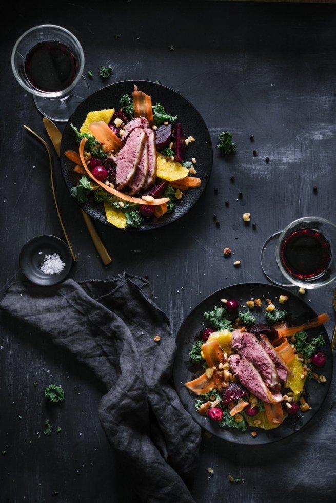 Grünkohlsalat mit Roter Bete, Möhren Pinienkernen dazu rosa Entenbrust und ein Vanille-Kirsch Dressing