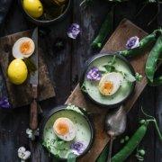 Eingelegte Kurkuma Eier mit Erbsensuppe