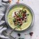 Cremige Rosenkohl-Lauch Suppe mit Gemüsechips
