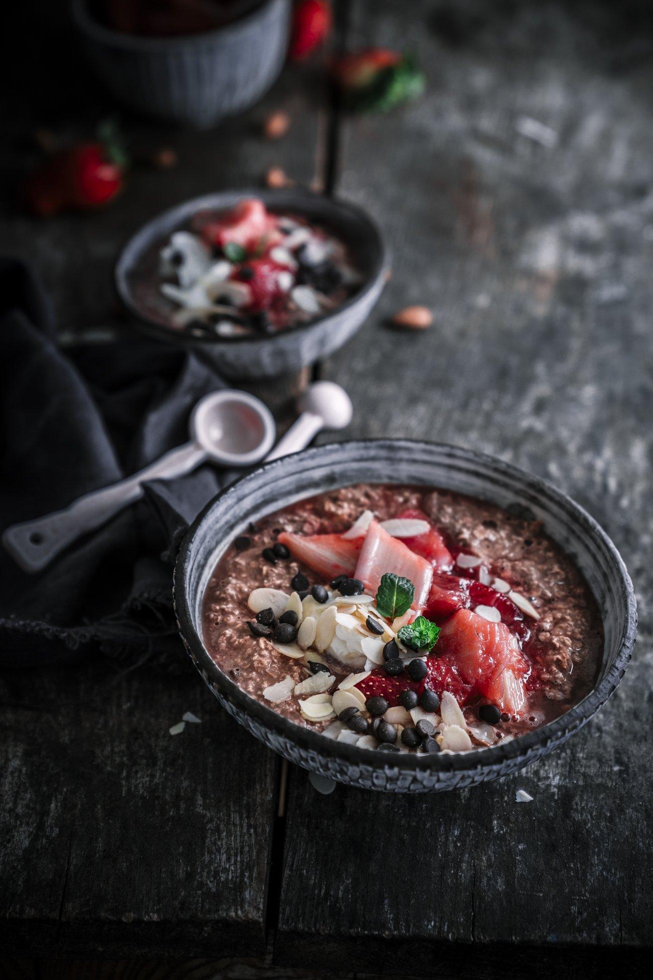 Chocolate Bircher Müsli mit Erdbeer-Rhabarber Kompott