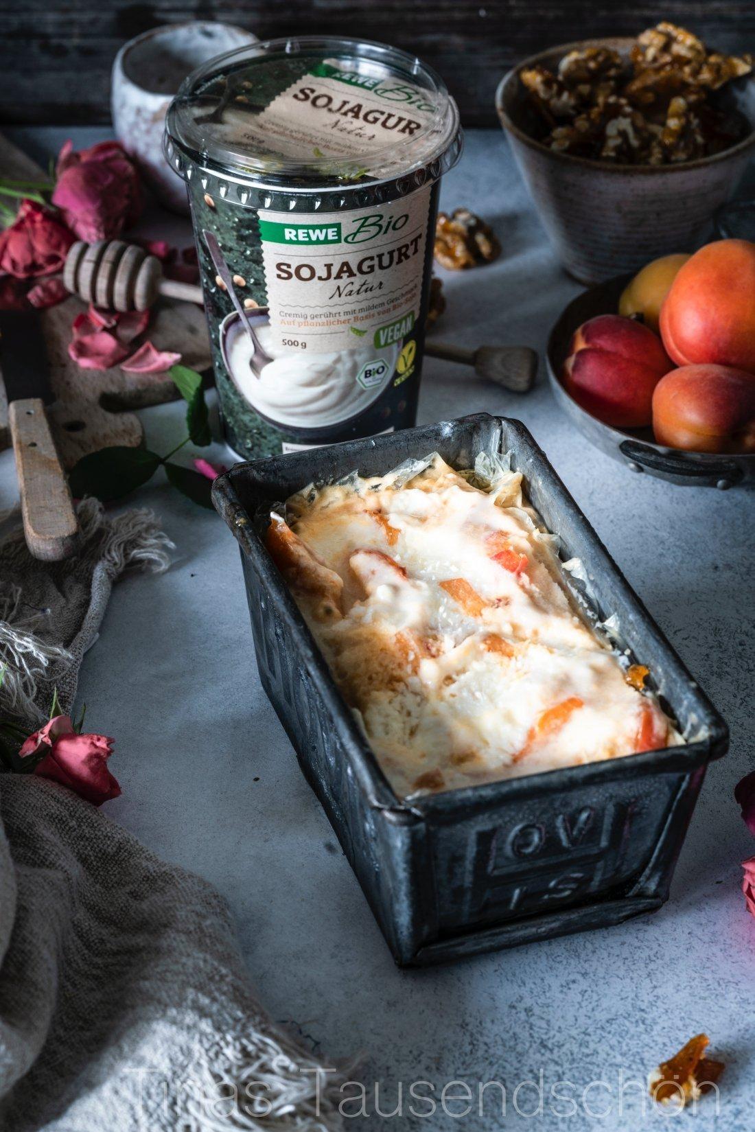 Soja Joghurt Eis mit Aprikosen, Walnüssen und Honig