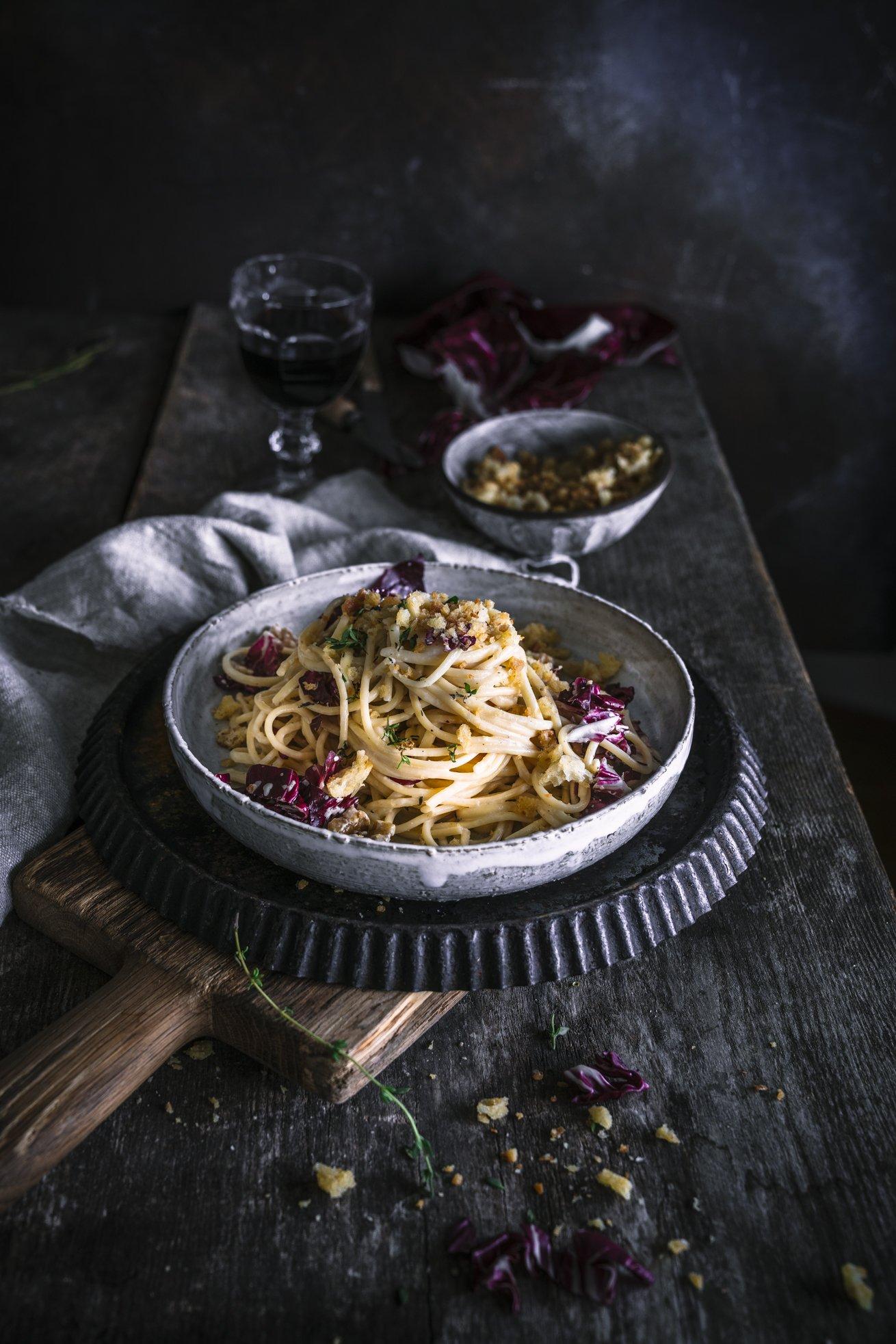 Winterliche Spaghetti mit Radicchio, Walnüssen und Breadcrumbs