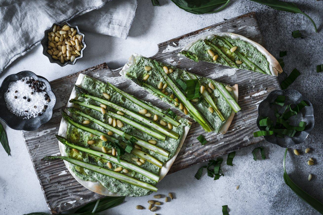 Flammkuchen mit grünem Spargel und Bärlauchcreme