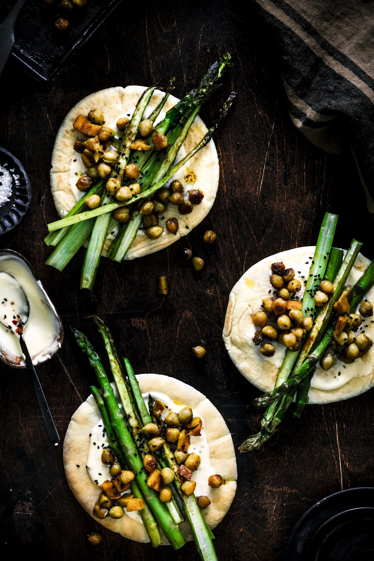Pita mit gruenem Ofenspargel