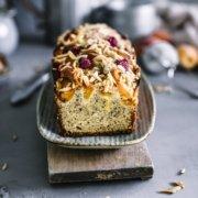 Saftiger Mandel Ruehrkuchen mit Aprikosen und Himbeeren