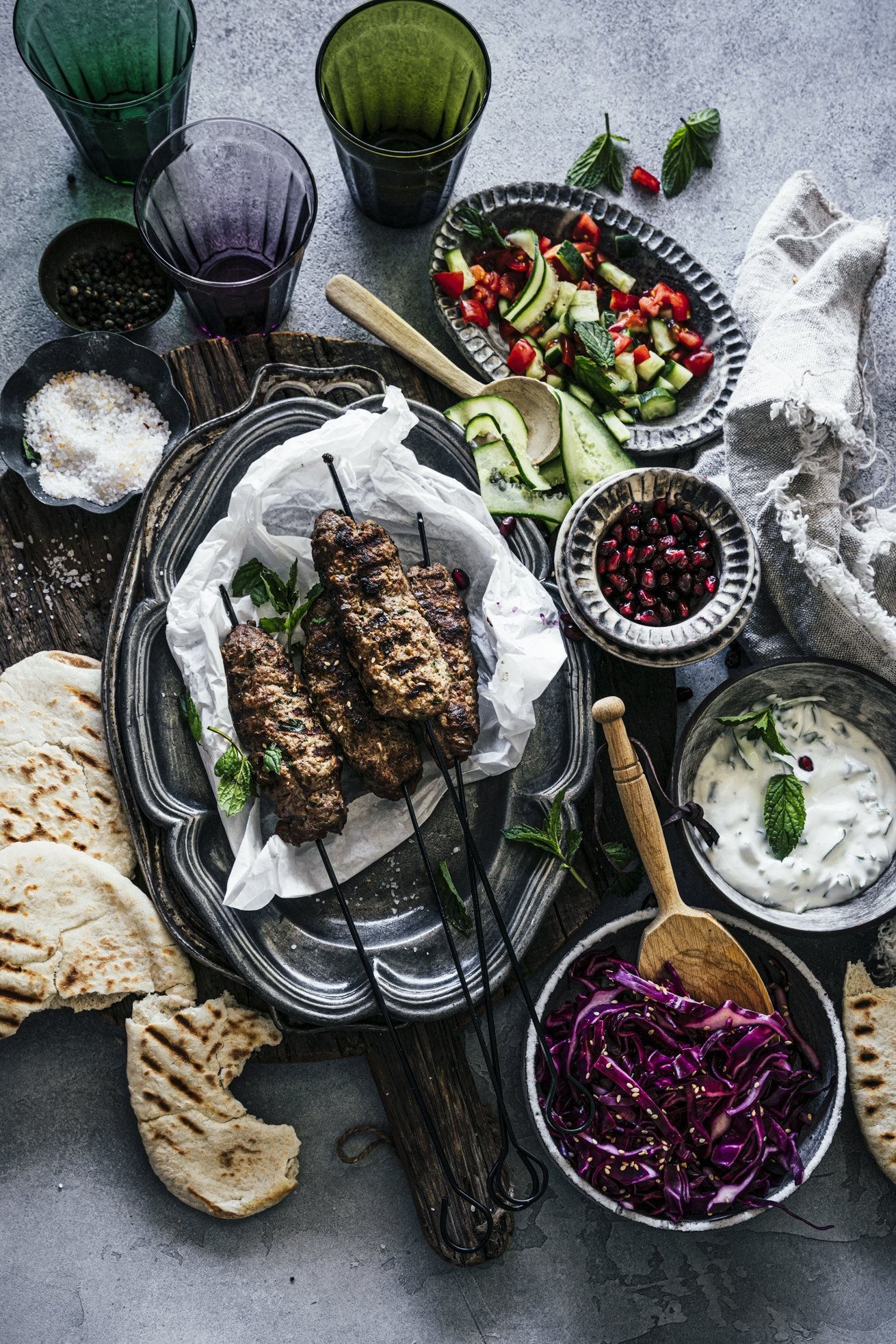 Koeve mit Krautsalat, Minzjoghurt und Pita