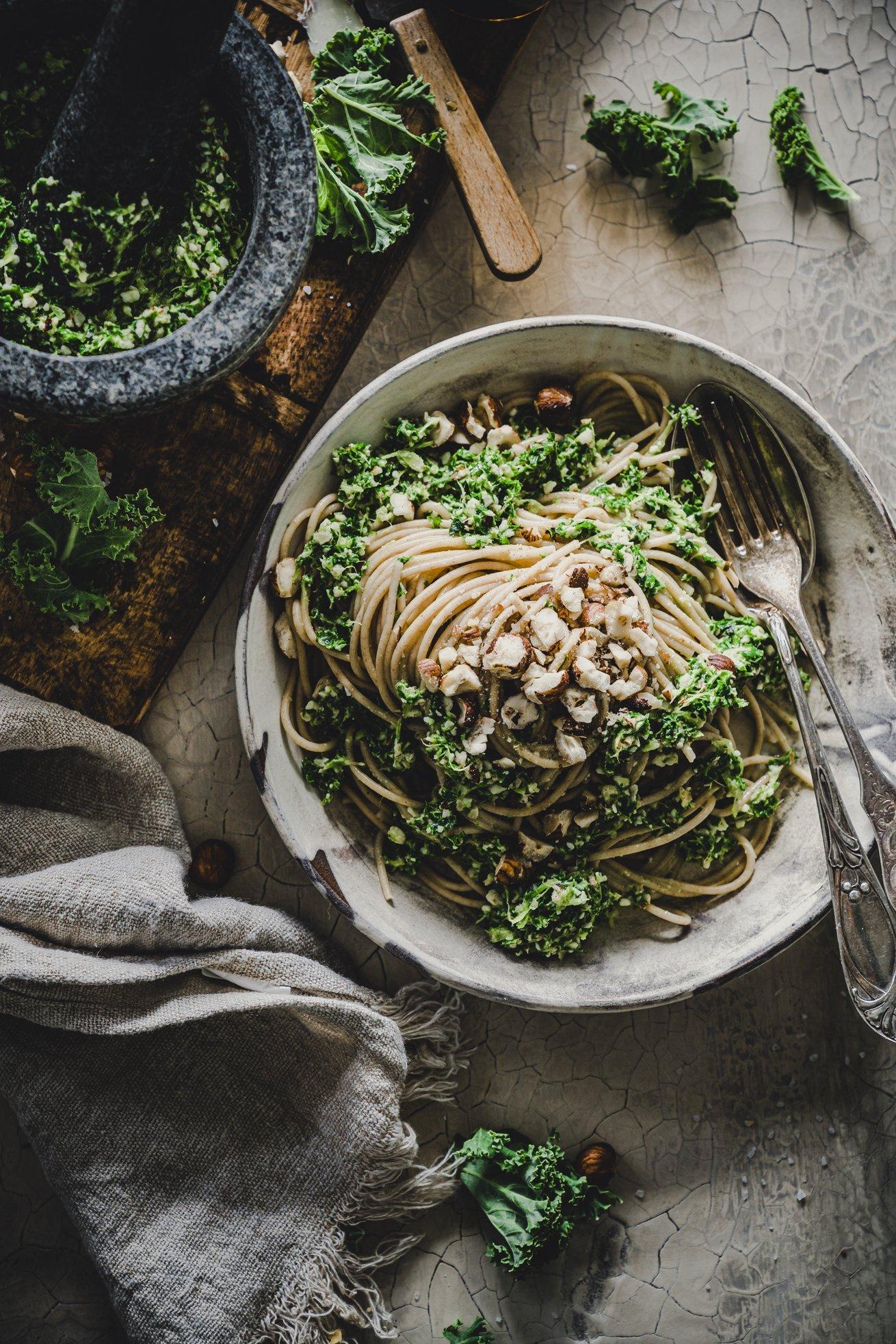 Vollkorn Spaghetti mit Gruenkohl - Haselnuss Pesto