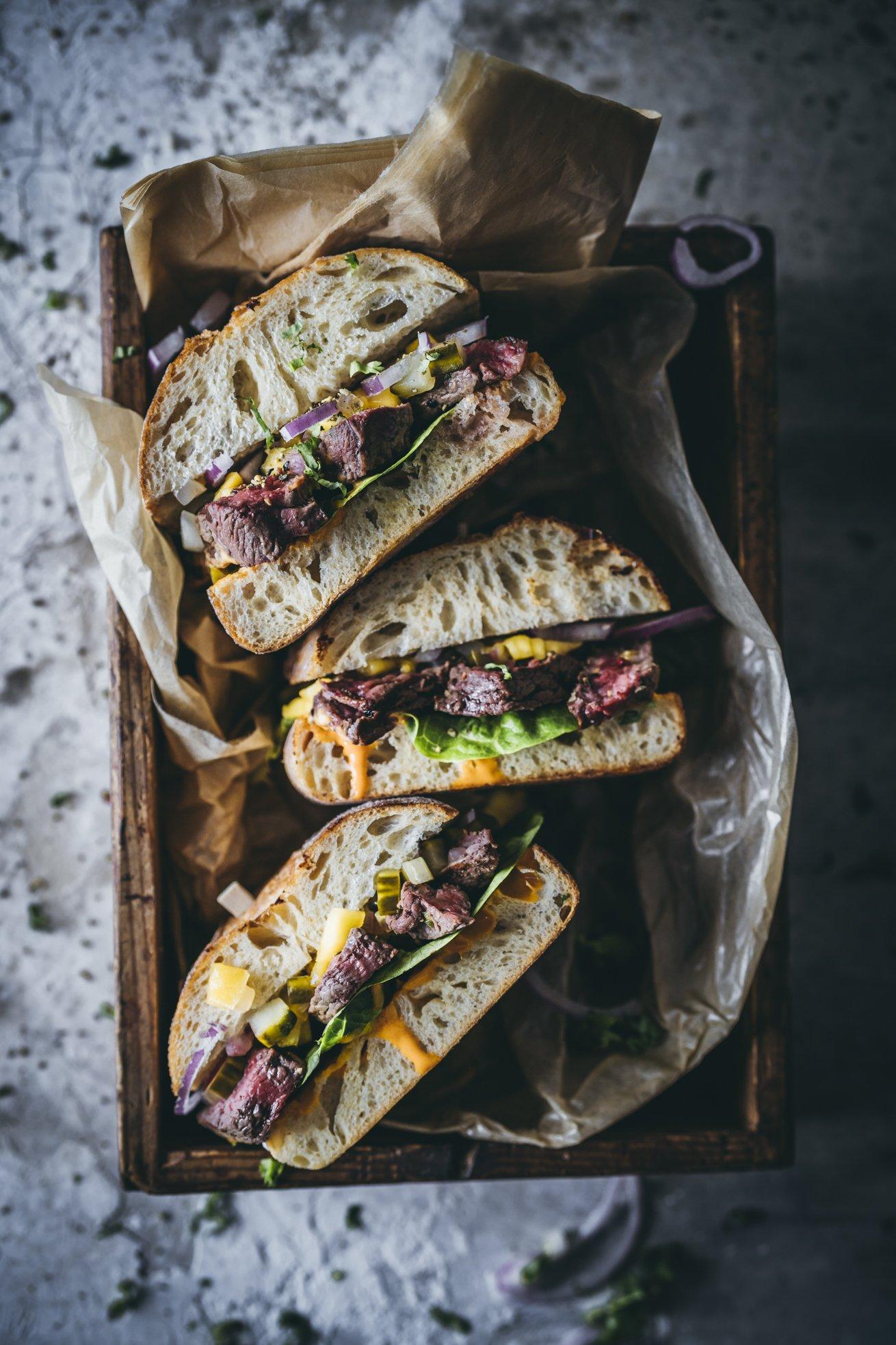 Steak Sandwich mit Gurken Relish