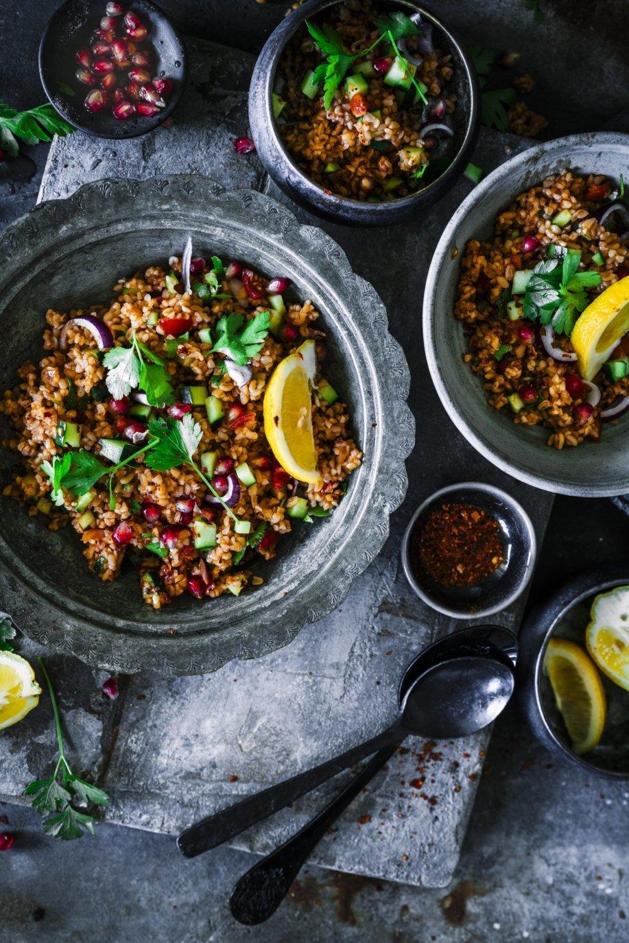 Traditioneller türkischer Bulgur Salat Kisir. Die perfekte Beilage zum Grillen