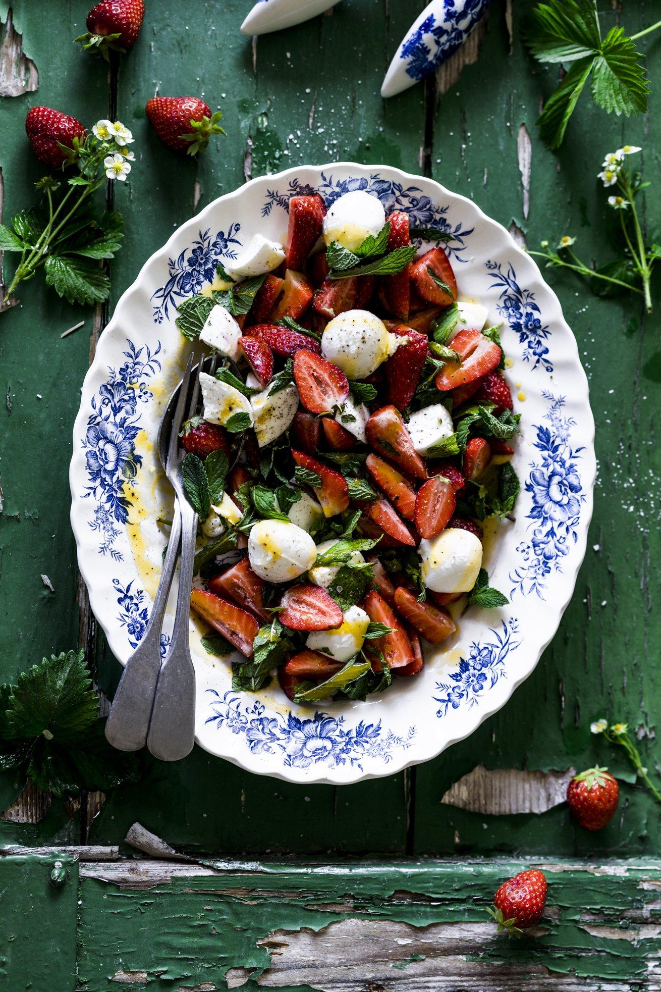 Fruchtiger Erdbeersalat als Beilage oder zum pur essen. Perfekt für laue Sommerabende. Total erfrischend