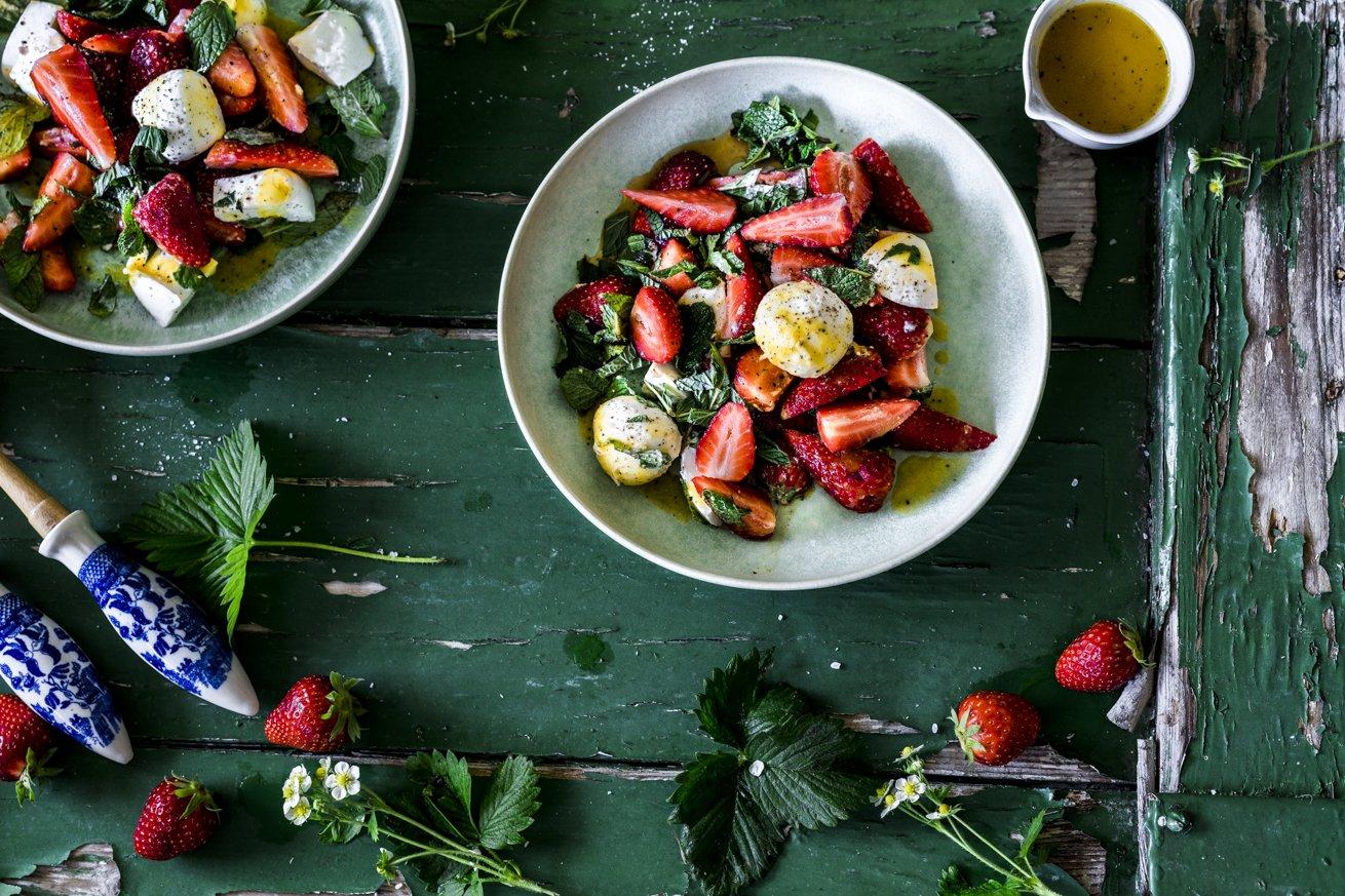 Erdbeeren, Minze, Mozzarella und ein fruchtiges Mango Dressing. Der perfekte Sommersalat