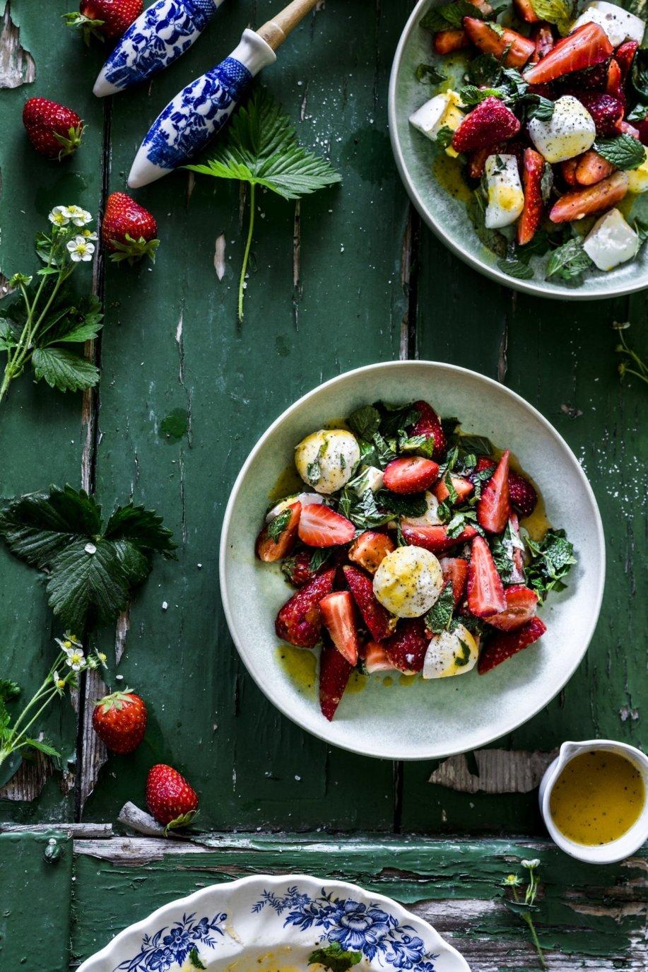Erfrischende Kombination von Erdbeeren und Minze. Abgerundet durch ein pikantes Mangodressing. Unser perfekter Sommersalat