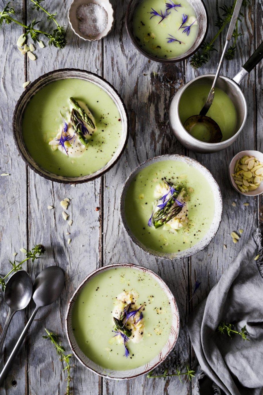 Grüne Spargelcreme Suppe mit Parmesan