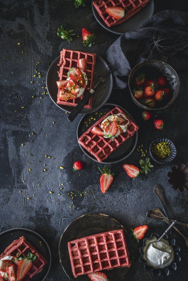 Knusprige Red Velvet Waffeln mit Erdbeeren und Sahne. Wunderbares Rezept für Kinder