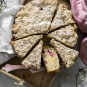 Einfaches Rezept für einen saftigen Rührkuchen mit Himbeeren, Baiser und Streuseln