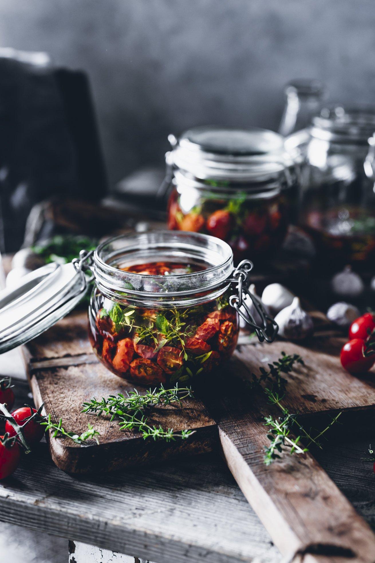 Eingelegte getrocknete Cherry Tomaten mit Thymian und Oregano