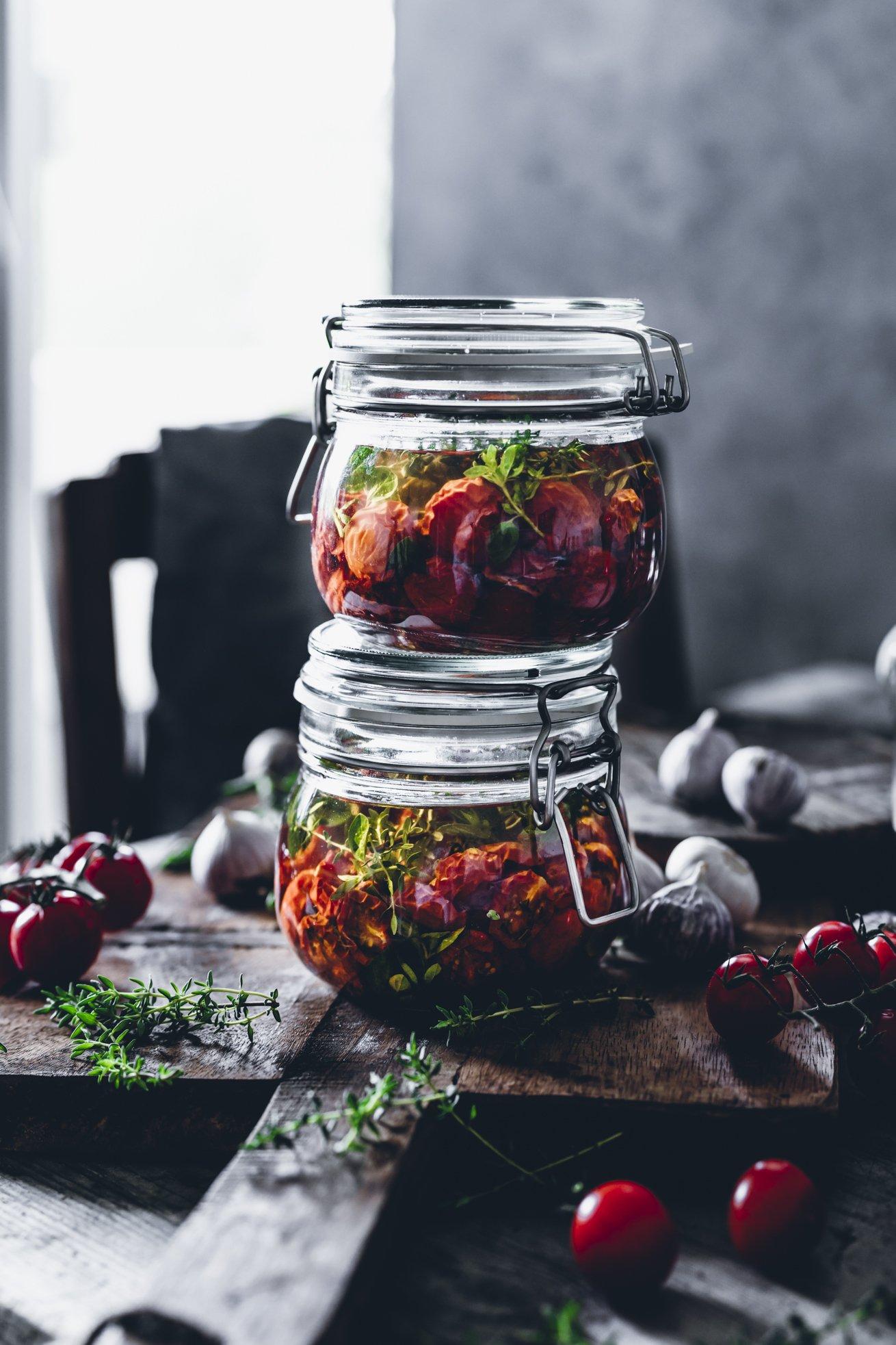 In Öl eingelegte getrocknete Tomaten mit Thymian und Oregano