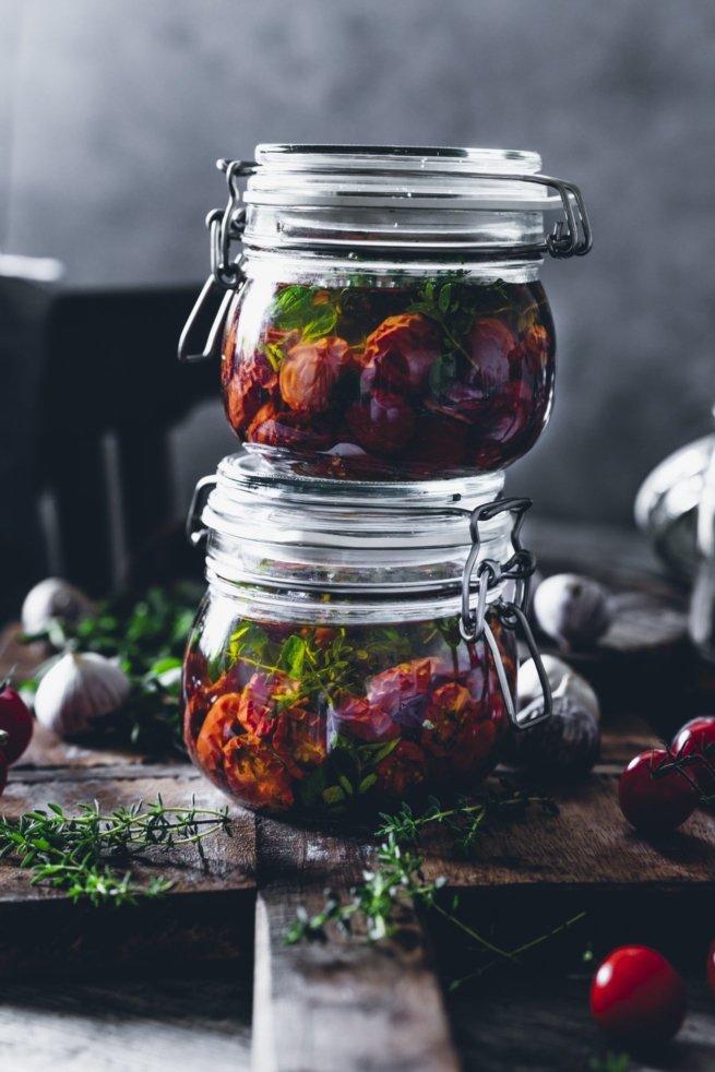 Eingelegte Cherry Tomaten mit Thymian und Knoblauch