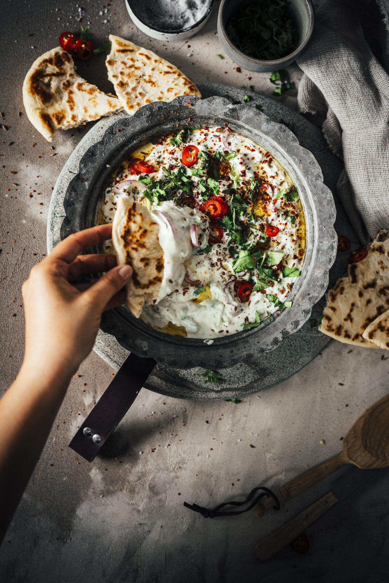 Indische Gurken Raita mit Naan Brot