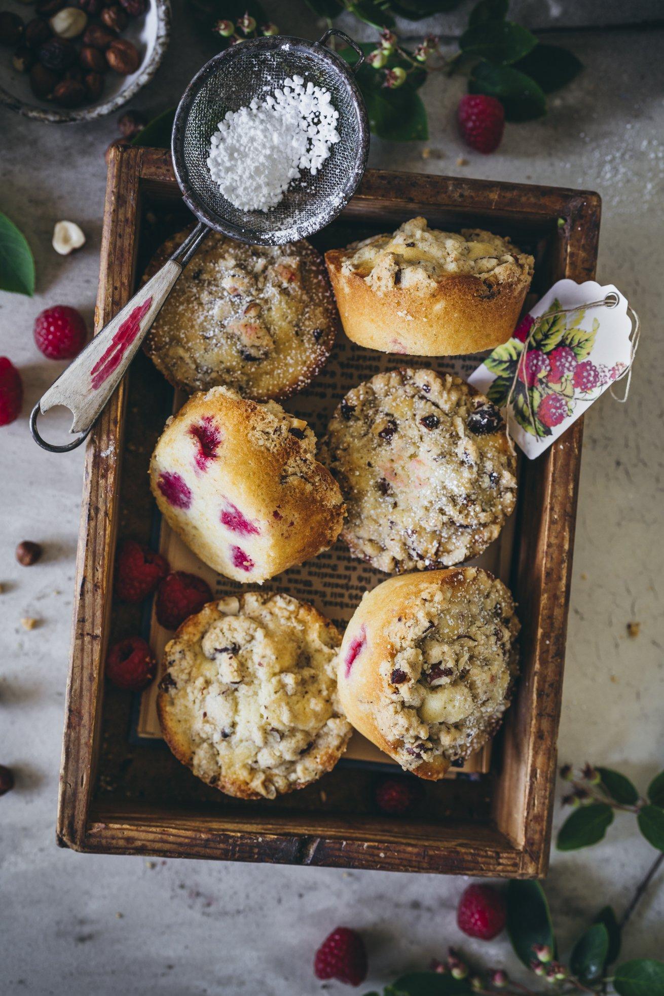 Saftige Muffins mit Himbeeren und Streuseln