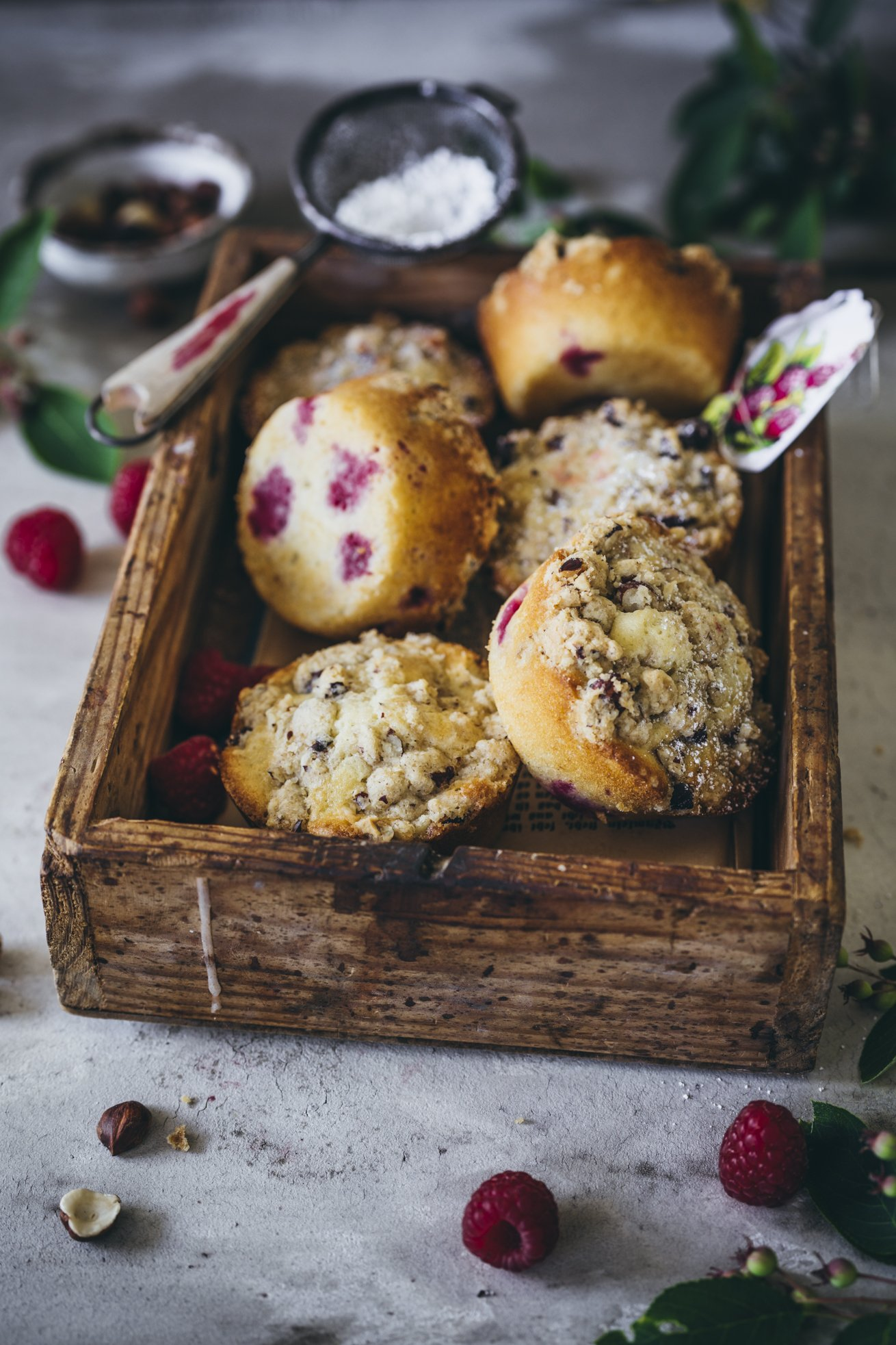 Himbeer Muffins mit Haselnuss Streuseln