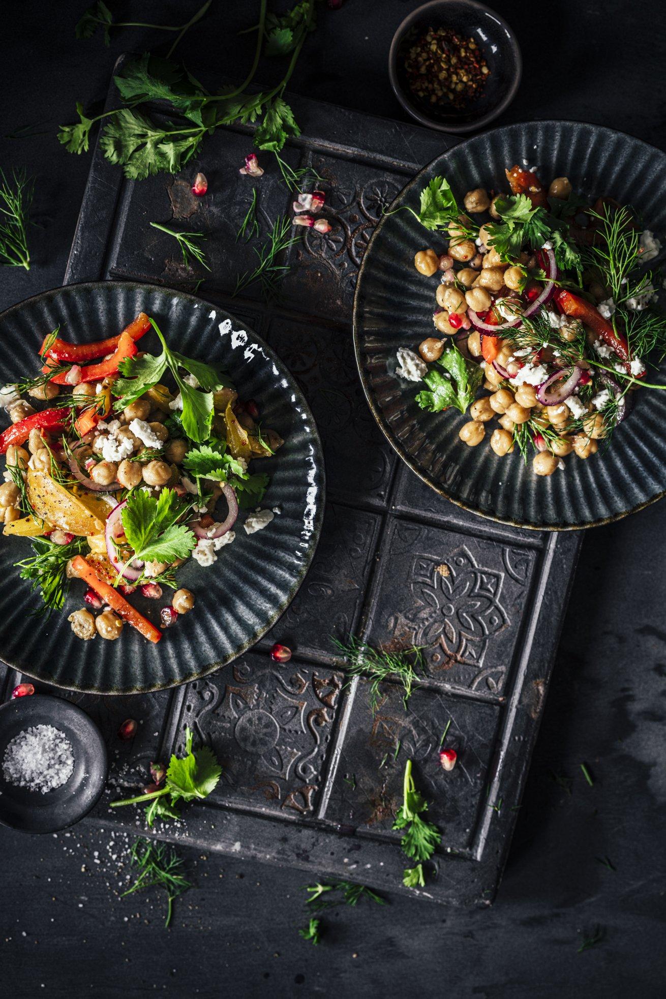 Perfekter Sommersalat. Kichererbsensalat mit Feta und Paprika