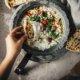 Raita mit Gurken, Peperoni und Naan Brot
