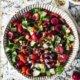 Bunter, veganer Tomaten Gurken Salat mit Sumach Kirsch Dressing