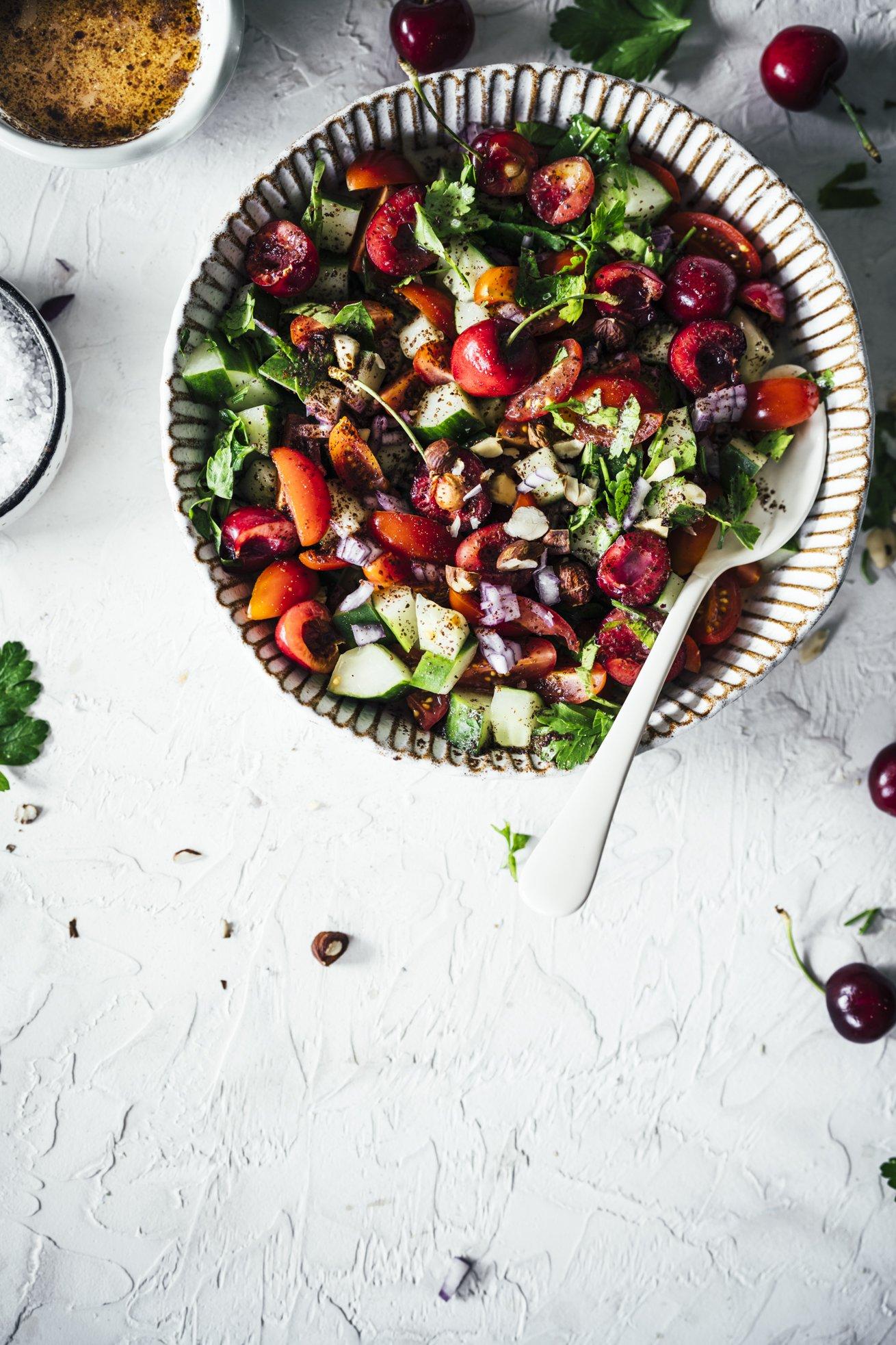 Mit diesem veganen Salat kommt Farbe auf den Teller. Tomaten Gurken Salat mit Kirschen