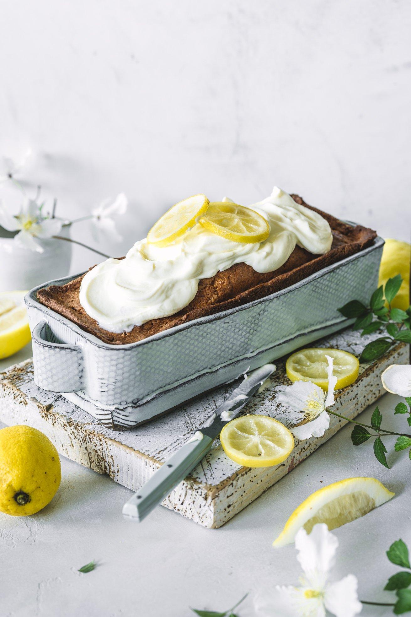 Einfach saftiger Zitronenkuchen mit kandierten Zitronen