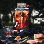 Perfekter Sommerdrink. Aperol Spritz Sangria mit Melonen