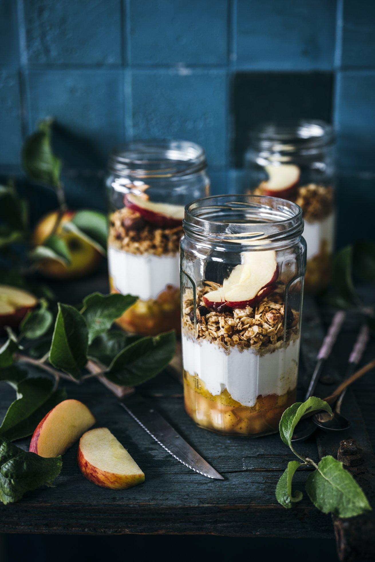 Frühstück oder Snack für unterwegs! Leckerer Apfelkompott mit Joghurt und Honig Granola