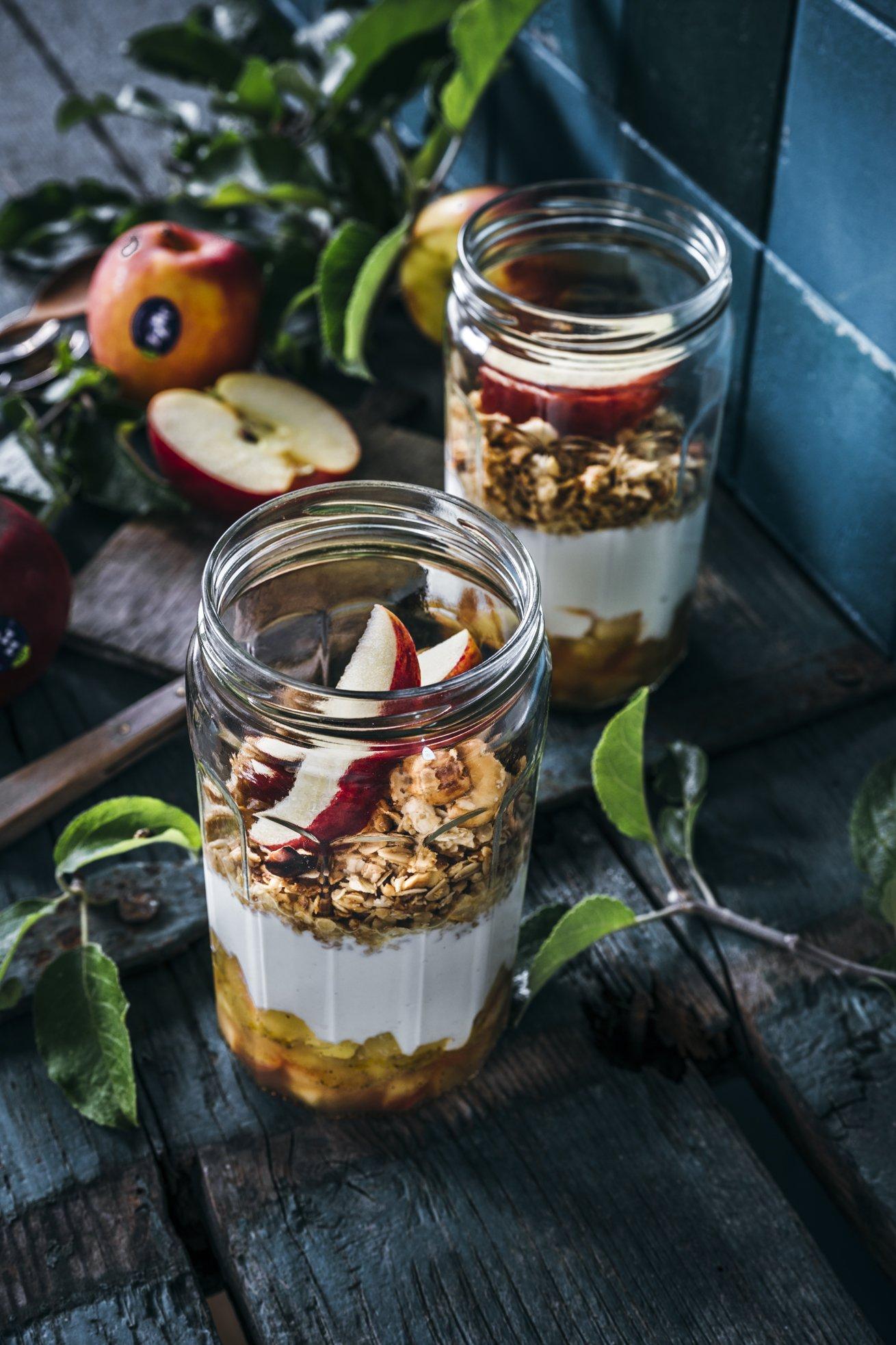 Healthy Snack oder Frühstück für unterwegs. Apfelkompott mit Joghurt und Honig Granola. Meap Prep geeignet.