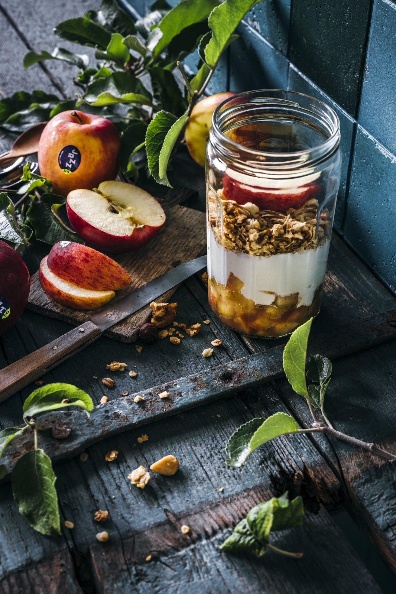 Meal Prep geeignet. Apfelkompott mit Zimt, Joghurt und Honig Granola. Perfekter Snack!